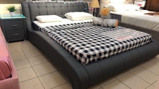 Изящная и элегантная интерьерная кровать в современном стиле с изысканным внешний видом и плавными линиями.